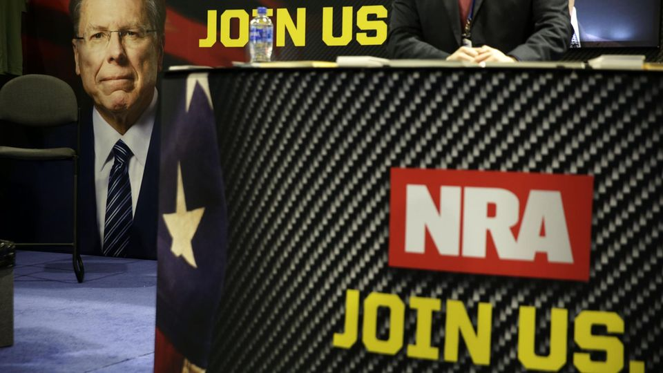 Werbeplakate der Waffenloby NRA