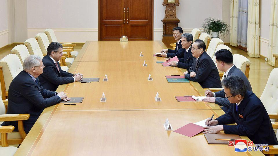 Ex-Außenminister Sigmar Gabriel (2.v.l.) zu Besuch in Nordkorea