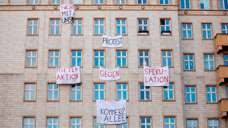 Berliner Mieter protestieren gegen den Verkauf von Mietwohnungen an die Deutsche Wohnen