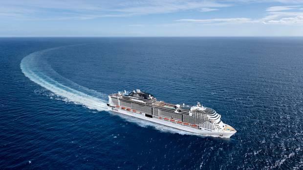 Ein Kreuzfahrtschiff auf offenem Meer.