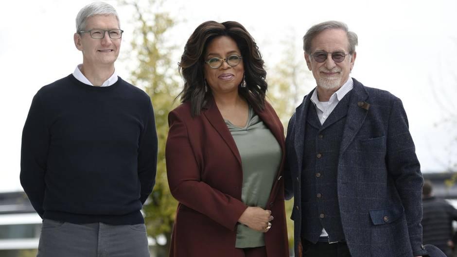 Apple-Chef Tim Cook mit zwei der mächtigsten Menschen Hollywoods: US-Talkshow-Ikone Oprah Winfrey und Regisseur und Produzent Steven Spielberg (r.), Beide wirken in künftigen Produktionen von Apple TV+ mit, das im Herbst auch in Deutschland starten soll.
