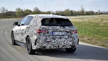 Per radselektiven Bremseingriffen und einer sehr schnellen Regelung haben die Ingenieure den vorderradangetriebenen BMW 1er Bein
