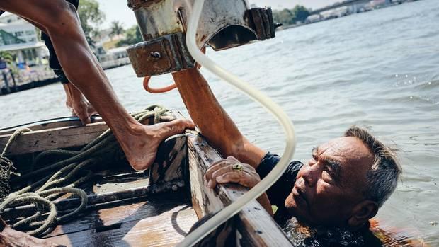 Udom Khamking geht mit seiner selbst gebauten Taucherglocke auf Schatzsuche