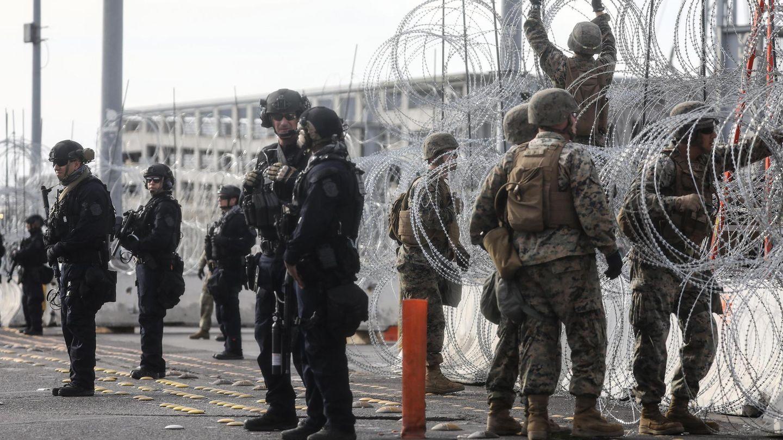 US-Grenzschützer errichten im November 2018an der Grenze zu Mexiko Stacheldrahtbarrieren