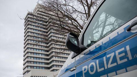 Ein Polizeifahrzeug steht nach der Bombendrohung vor dem Rathaus von Kaiserslautern