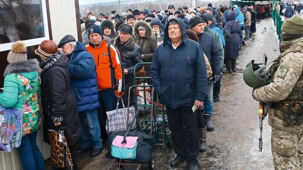 Vor allem Alte drängeln sich in den Schlangen am Grenzübergang bei Luhansk. Sie wollen in der Ukraine ihre Rente abheben.