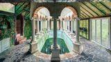 Frankreich  Auch leerstehend macht dieses Naturbad noch einen prachtvollen Eindruck und erinnert an römische Thermen. Weshalb das zu einer verlassenen Villa gehörende Bauwerk keinen Käufer finden konnte, bleibt rätselhaft.