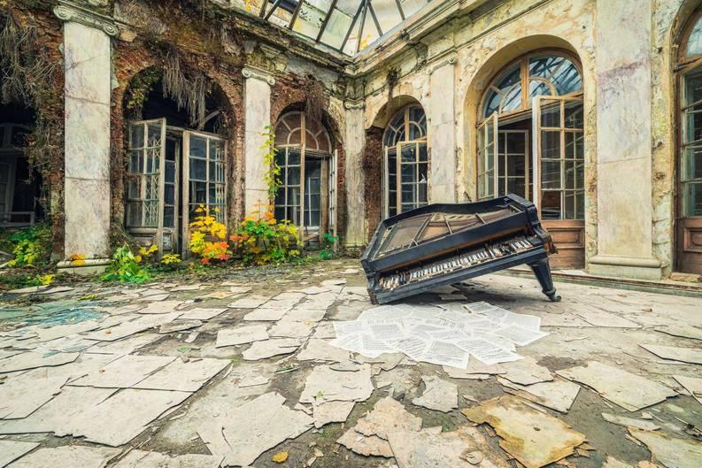 Polen  Drei Klaviere sowieweitere Instrumente fanden sich in diesem verlassenen Palast, der einst einem Musikliebhaber gehört hat. Diese Fotografie zeigt einen eingeknickten Flügel, der in einemüberdachtenInnenhof liegt. Die davor liegenden Notenblätter wurden vermutlich lange nicht mehr gespielt.