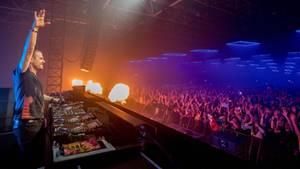 Der dänische DJ Armin van Buuren heizt der Menge ein.