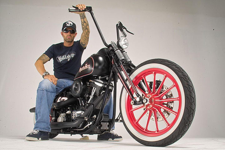 Marcus hat auch Sympathien für den Old School-Look. Das Bike baute Marcus aus einer 91 Unfall- Harley. Schwinge, Heckfender und Auspuff stammen aus eigener Werkstatt