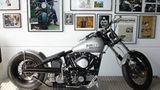 Für die silberne Lackierung der Harley Pan Shovel reiste Marcus bis nach Los Angeles. Sie ist in dem Farbton des Porsche Spyder lackiert, in dem James Dean verstarb