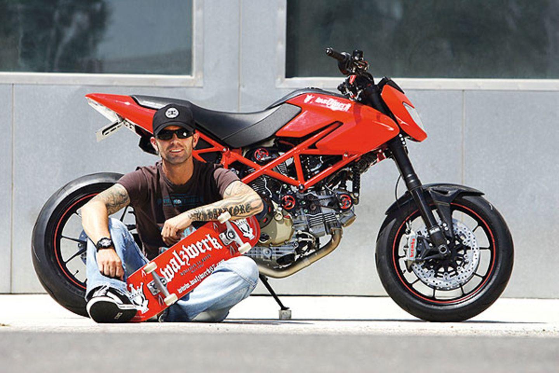 """Seit zwei Jahren hat sich Marcus wieder """"back to the roots"""" begeben. Seine Werkstätten laufen und Markus kann es sich leisten, mit """"Walzwerk"""" ein neues Projekt zu starten. In einer kleinen Werkstatt schraubt er auf einer Ducati-Basis sportliche Bikes zusammen. Ohne weitere Angestellte, als """"One Man Machine"""""""