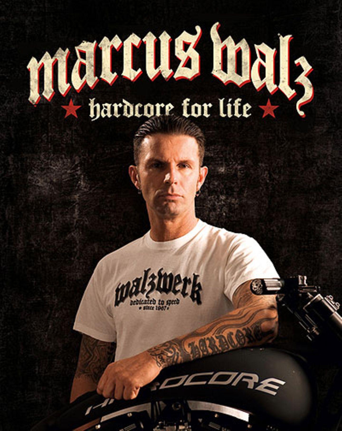 """Mehr Hardcore geht nicht: Marcus Walz, Inhaber und genialer Schrauber von """"Walz Hardcore Cycles"""" und sein aktuelles Baby: Sein Buch über Leben und Lebenswerk. Das Walzwerk"""