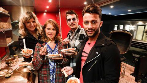 Die Ex-Dschungelcamp Teilnehmer essen Currywurst im Foodtruck