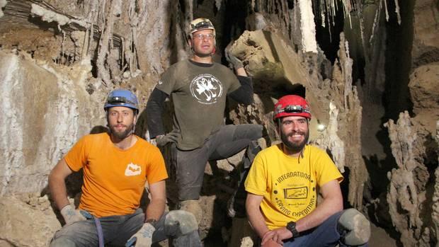 Die Höhlenforscher Efraim Cohen (l.), Yoav Negev und Boaz Langford (r.) stehen in der Malcham-Salzhöhle am Toten Meer zusammen