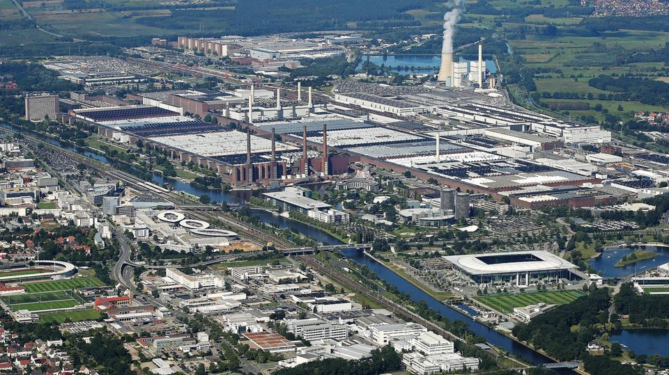 Die weltgrößte Fabrik steht nicht in China – sondern in Deutschland. Das Volkswagen-Werk in Wolfsburg mit 6,5 Millionen Quadratmetern Werksgelände ist die Nummer 1. Die Fabrik geht auf das Jahr 1938 zurück. Im Jahr werden hier rund 800000 Fahrzeuge (Stand 2017) gefertigt. Mehr als 62.000 Mitarbeiter arbeiten an dem Standort.