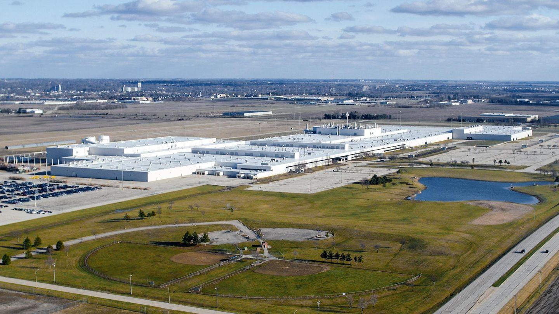 Von Rivian hat in Deutschland kaum jemand etwas gehört. Und doch ist die Autofabrik in Normal, Illinois, 242.000 m² groß. Die Cheops Pyramide würde fünf Mal darauf Platz finden.Mitsubishi gab die Produktionsstätte 2016 auf, das Automobil-Startup Rivian Automotive kaufte die Anlage 2018.
