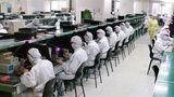 """Unmenschliche Arbeitsbedingungenund Sklavenhaltung: Solche Vorhaltungen gibt es regelmäßig gegen den Apple Zulieferer Foxconn und das Werk in Shenzhen, China. Es ist auf Platz 4 der weltweit größten Fabriken. In """"Foxconn City"""" leben und arbeiten rund 500.000 Angestellte."""