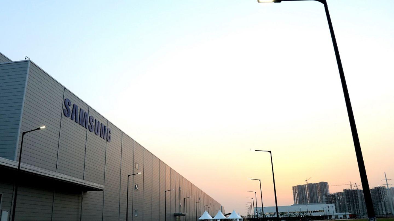 Platz 10 belegt Samsung mit seinem indischen Produktionswerk in Noida. Mit 129.000 QuadratmeternFläche handelt es sich um die größte Handy-Fabrik der Welt – so Samsung.