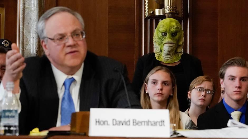 Innenminister David Bernhardt verliest ein Statement vor dem Energieausschuss im US-Senat