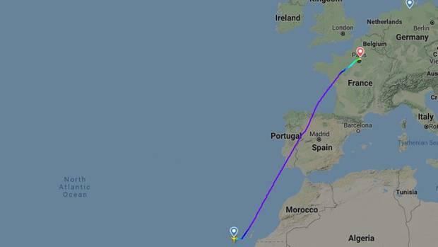 Eine Karte zeigt Nordafrika mit Teneriffa links unten und einer blau markierten Flugroute bis Paris weiter rechts oben