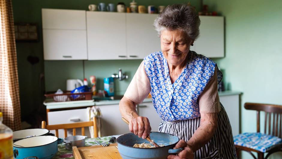Warum Oma so eine gute Köchin ist? Das liegt vermutlich daran, dass sie Hauswirtschaftsunterricht in der Schule hatte. Dort hat man nicht nur gelernt, wie man Socken stopft und Knöpfe wieder annäht, sondern auch die Grundregeln des Kochens.