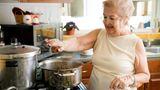Oma wusste, wie man würzt. Denn schließlich kommt intensiver Geschmack auch von Gewürzen. Oma salzte ihr Pasta-Wasser bevor sie Nudeln kochte und rieb den Braten mit jeder Menge Gewürzen ein. Wer ein aromatisches Essen möchte, sollte die Grundwürze aus Salz und Pfeffer nicht vergessen.