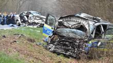Auf dem Weg zum Absturzort des Kleinflugzeugs stieß ein Polizeiwagen frontal mit einem anderen Pkw zusammen