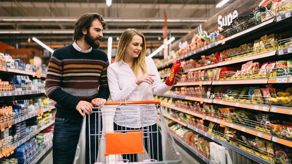 Ein Paar kauft im Supermarkt ein