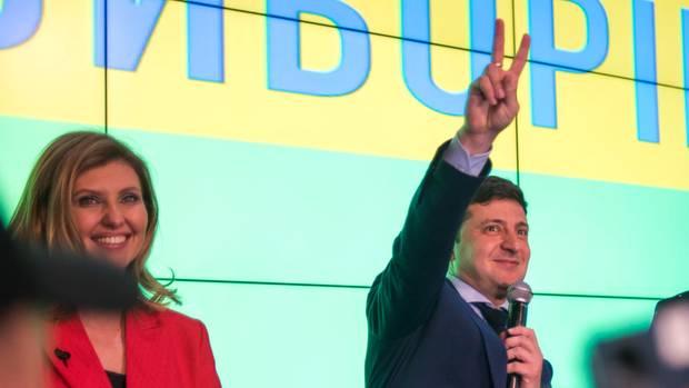 Wladimir Selenski macht das Victory-Zeichen nach der Stimmenauszählung der ersten Runde der ukrainischen Präsidentschaftswahlen