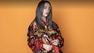 Billie Eilish Look ist grungy und cool, ihre Texte sind dafür melancholisch und poetisch