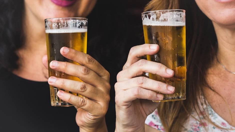 Frauen mit Bier in Hand