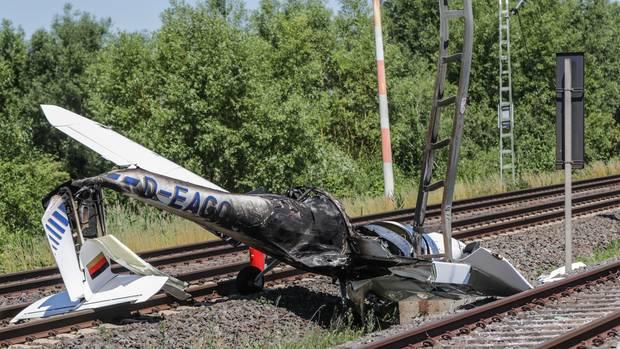 Am Rande des Flugplatzes Egelsbach auf den Gleisen der Bahnstrecke zwischen Frankfurt am Main und Darmstadt: das Wrack eines im Juni 2015 ausgebrannten Sportflugzeuges.
