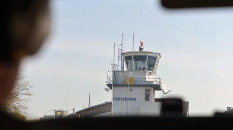 Blick aus einem Kleinflugzeug auf den Kontrollturm des Flughafens Egelsbach