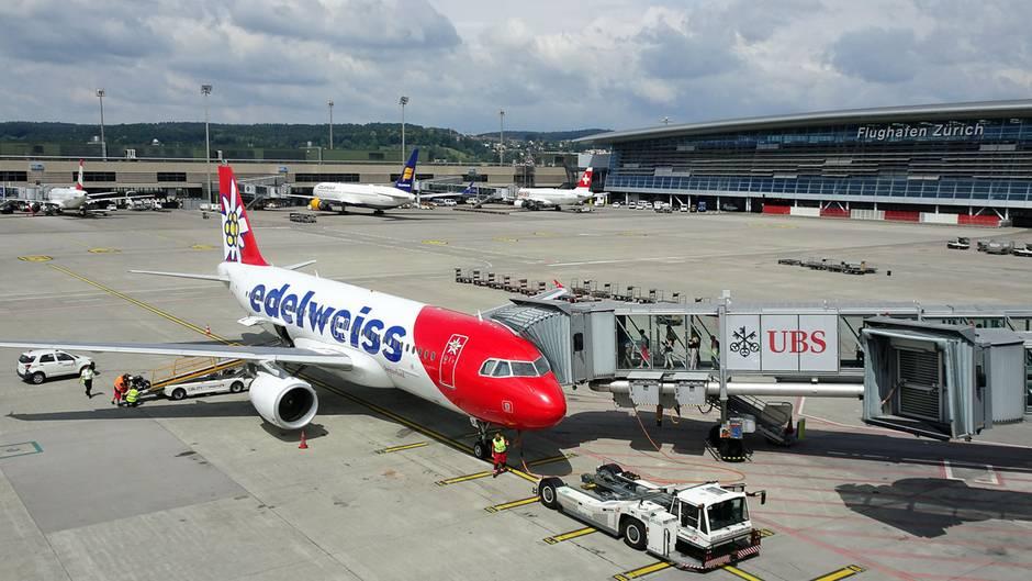 """Platz 10: Zürich (ZRH), Schweiz  Der Züricher Flughafen mit 31Millionen Passagieren im vergangenenJahr gehört seit langem zu den Top-Flughäfen der Welt. Das Drehkreuz der Swiss hat gleichzeitig den Skytrax Award für """"World's Best Airport Security"""" gewonnen."""