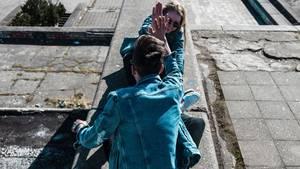 Ein junger Mann und eine junge Frau klatschen sich ab