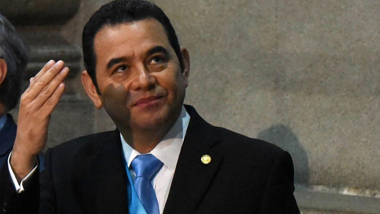 """Jimmy Moralesfrühere Karriere als Komiker ist mittlerweile Geschichte. Doch der Politiker wurde der Bevölkerung Guatemalas eigentlich als Komiker in der Fernsehserie """"Moralejas"""" bekannt. 2011 schloss er sich der """"Frente de Convergencia Nacional"""" an und arbeitete sich schnell hoch. Seit 2016 ist er hauptberuflich Präsident Guatemalas,residiert als Staatsoberhaupt im Präsidentenpalast von Guatemala-City und fährt einen konservativen Kurs gegen Abtreibung und für die Todesstrafe."""