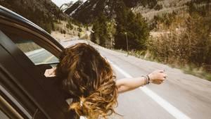 Frau fährt in Auto