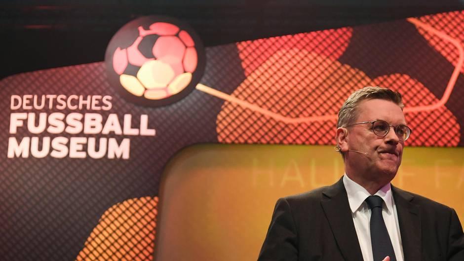 Reinhard Grindel unter Druch - bei der Eröffnung der Ruhmeshalle des deutschen Fußballs