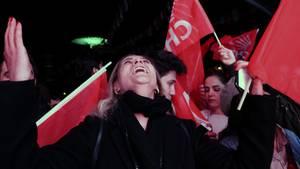 """Anhänger der Oppostionspartei """"CHP"""" freuen sich in Ankara über Präsident Recep Tayyip Erdogans Abstrafung"""