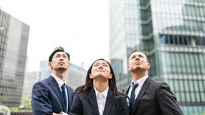 Drei Menschen schauen nach oben