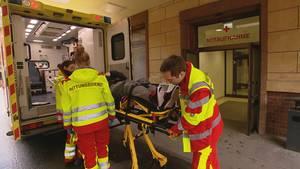 Während der Schicht nonstop im Einsatz: die RettungssanitäterLaura Gonciarska und Thomas Jordan.
