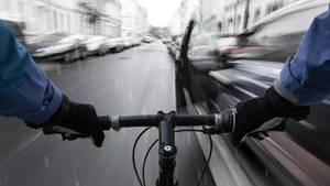 Radfahrern schützt die Umwelt - ist aber nicht ungefährlich.