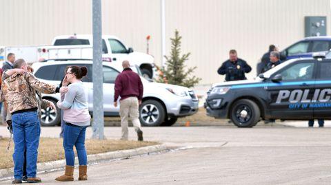 Vor den Absperrungen der Polizei versammelten sich am Montag trauernde und besorgte Angehörige von Firmenmitarbeitern