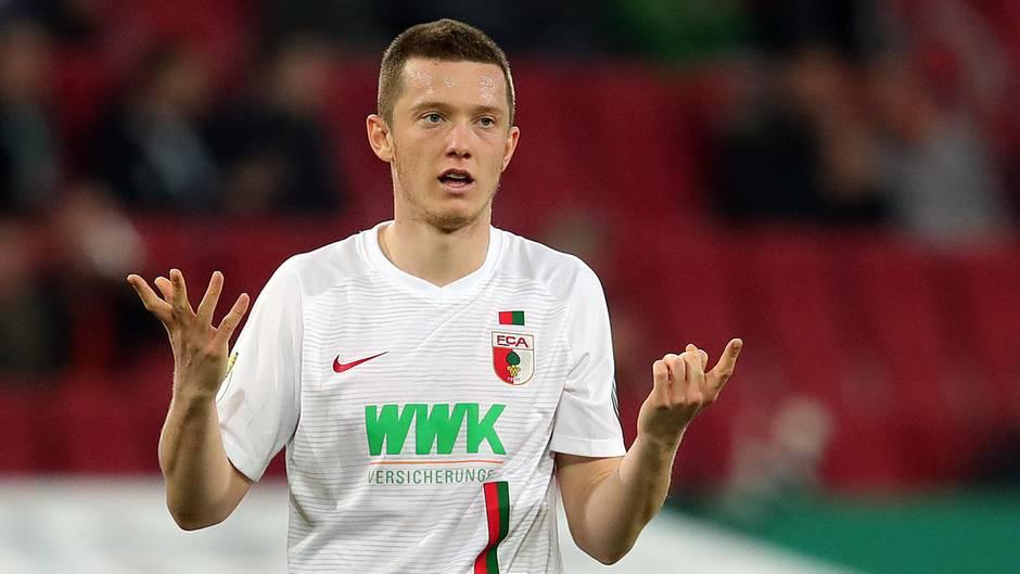 Was habe ich getan?Michael Gregoritsch ist ratlos, warum er in letzter Minute mit einem Handspiel RB Leipzig den entscheidenden Elfmeter ermöglichte.