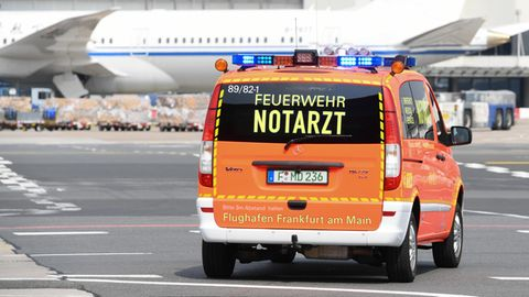 Ein Notarztwagen der Flughafen-Feuerwehr auf dem Flughafen Frankfurt im Einsatz
