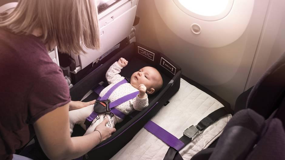 Kategorie: Grünere Kabine/Gesundheit/Sicherheit und Umwelt  Die Skycouch in einigen Reihen der Economy Class gibt es bei Air New Zealand schon länger. Jetzt wurde das fliegende Bett um einige Features erweitert: Spezielle Sicherheitsgurte ermöglichen, dass auch Babys und Kleinkinder sicher auf dem Ausklapp-Bett liegen können.