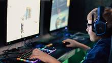 Ein Junge spielt völlig gebannt das Spiel Fortnite