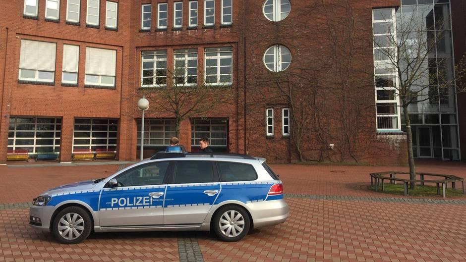 Die Flensburger Polizei blieb auch nach der Festnahme des 17-Jährigen an der Schule vor Ort