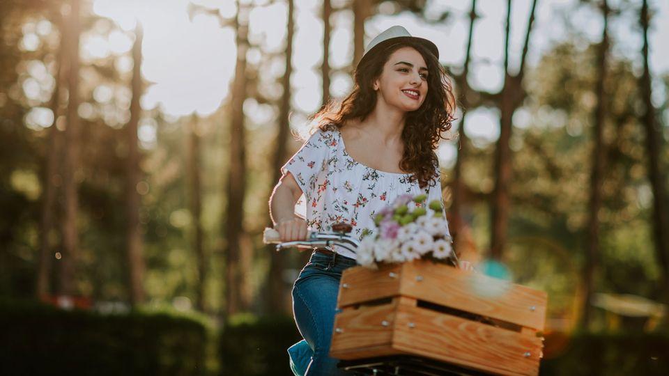 Im Frühling musst du eine Tour mit dem Fahrrad unternehmen